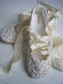 wedding photo - Dazzling Flats For Your Bridal Party - Sortashion