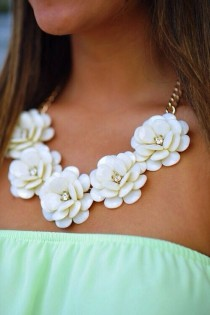 wedding photo - 40 Classic Statement Necklaces To Make You Look Attractive