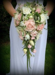 wedding photo - Bruidsboeket Druppel En Waterval (cascading Bridal Bouquet)