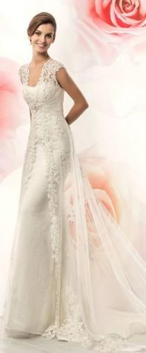 wedding photo - Junoesque Tulle Scoop Neckline Sheath Wedding Dresses With Lace Appliques
