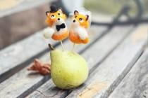 wedding photo - Felted wedding cake topper - Foxes.