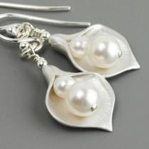 wedding photo - White Pearl Bridesmaid Jewelry SET OF 4 Calla Lily Earrings Silver Pearl Bridesmaid Earrings Wedding Party Gifts Jewelry Bridal Party Gifts