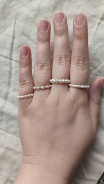 wedding photo - LA PERLA - Real freshwater pearl ring, Echter Süßwasserperlenring auf hartem Draht gefertigt, winziger echter Perlenring, minimalist, elegan